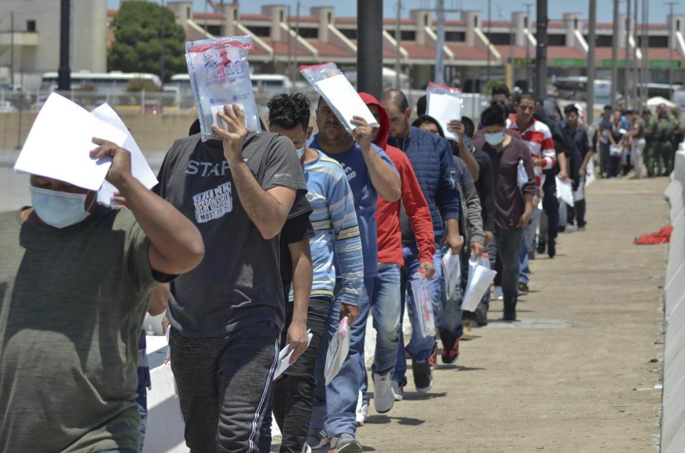 Thousands of migrants trapped in the northern and southern borders of Mexico, crowded in camps or begging on the streets, are 'terrified' of the spread of Covid-19, a pandemic that has hampered their asylum processes in this country and The United States plunging them into total uncertainty. The migratory wave that crosses the Mexican territory to reach the United States is a latent regional phenomenon that worsened in late 2018 with the emergence of massive caravans.