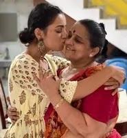 ईशा कंसारा अपनी माँ के साथ