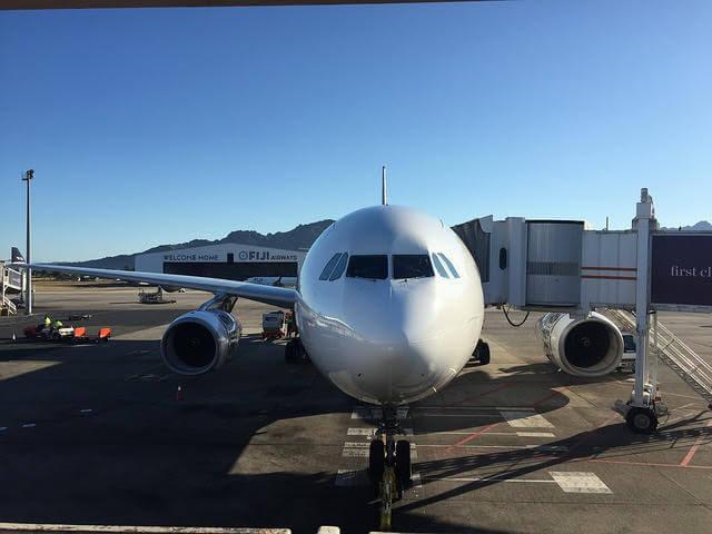 フィジーのナンディ国際空港と飛行機の写真