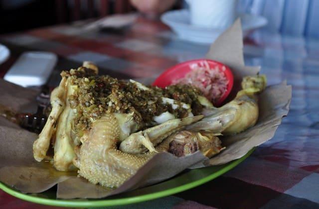 Satu lagi nih ada Ayam Betutu, malah bumbunya ini termasuk yang paling terkenal di Bali