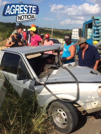 """Durante à tarde da quarta-feira (04) foi registrado mais um grave acidente na PE-90 entre as cidades de Vertentes e Surubim no Agreste de Pernambuco.  Segundo as informações repassadas para nossa reportagem, envolveram-se no acidente um caminhão Mercedes de cor azul e uma Picape Saveiro de cor prata e placas KID-5354.  A colisão entre os veículos deixou um jovem identificado como sendo """"Hebert do Buffet"""" ferido. Ele ficou preso entre as ferragens, mas foi resgatado pelo Corpo de Bombeiros Militar e socorrido por uma equipe do SAMU para o Hospital de Surubim. Do: Blog Agreste Notícia"""