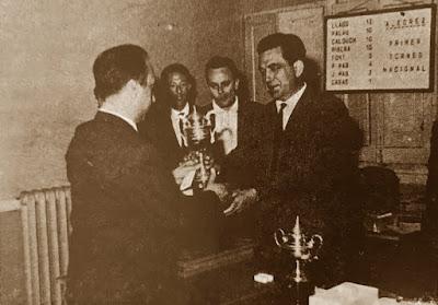 Jaume Lladó Lumbera, recibiendo el trofeo de campeón en el I Torneo Nacional de Ajedrez de Granollers 1964
