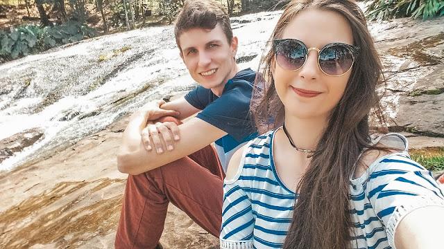 Casal fazendo selfie no riacho