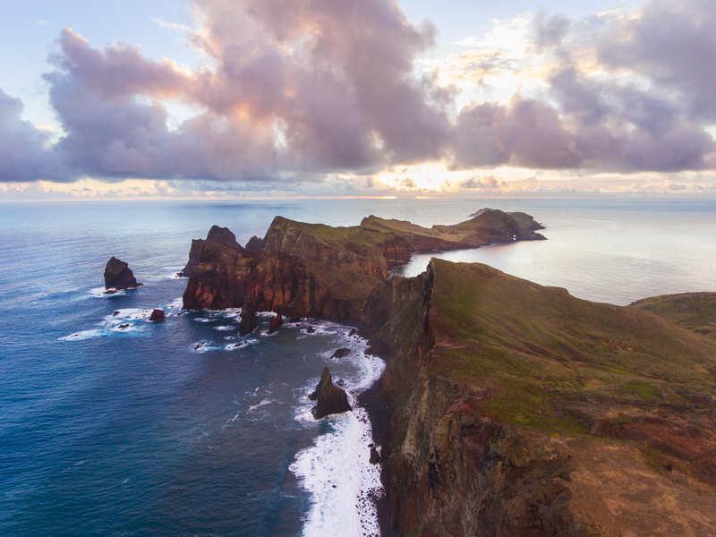 A Ilha da Madeira, destino português situado em meio ao Oceano Atlântico, é conhecida por seu clima ameno, sua natureza exuberante e seu relevo montanhoso. Alguns dos pontos mais altos de Portugal estão na Madeira e oferecem vistas de tirar o fôlego.