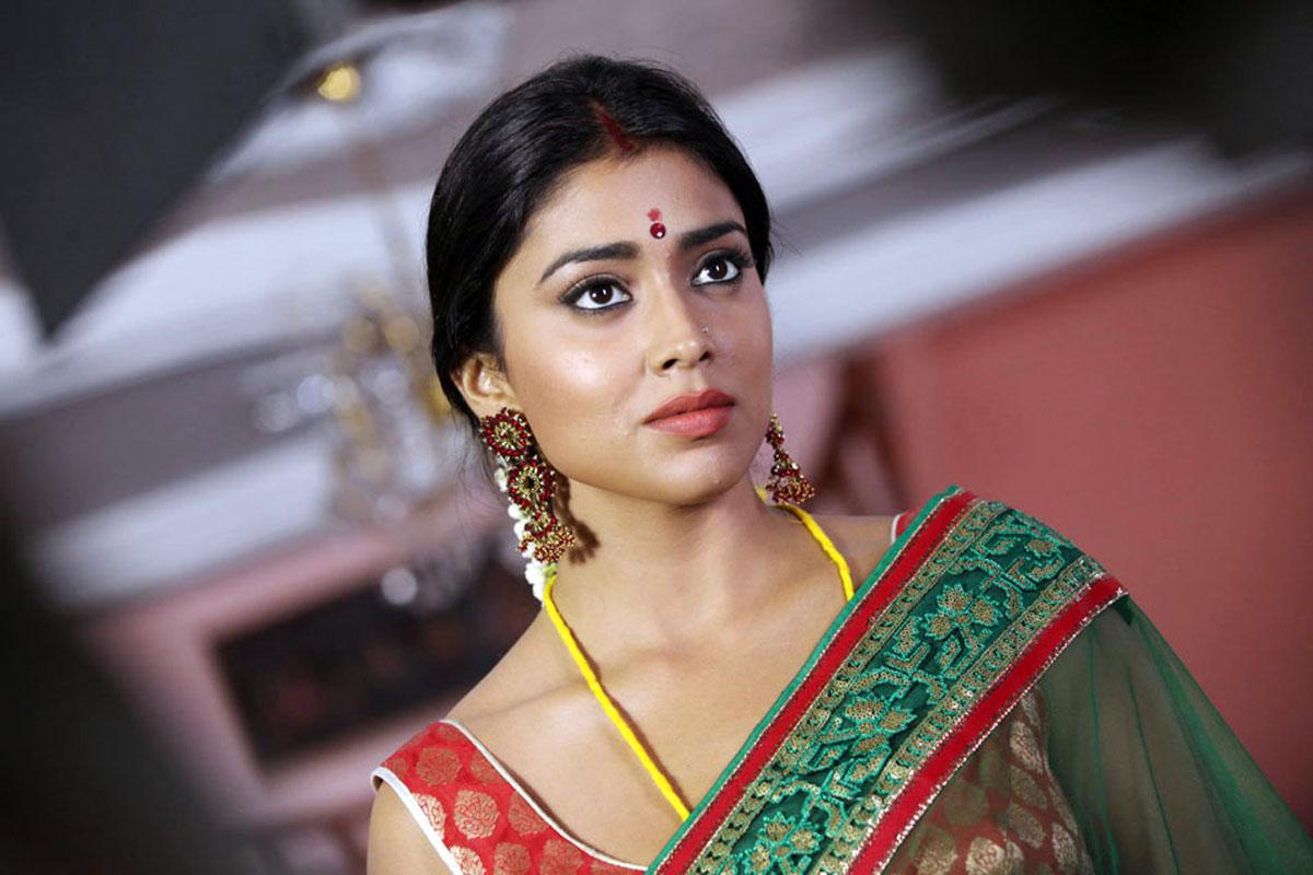 Shraya Sarans Sisey Hd Face Images: Shriya Saran Latest Stills From Pavitra Movie