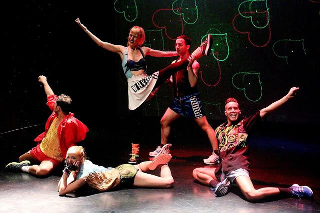 Cinco bailarinos em palco