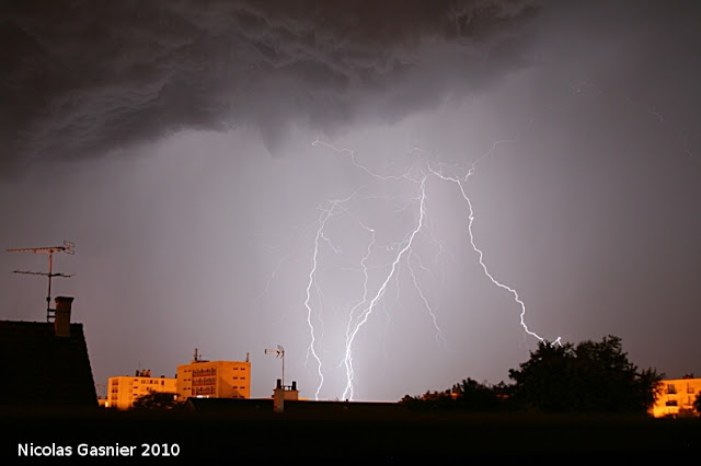 Derniers éclairs avant la pluie (orage de la nuit du 8 au 9 juillet 2010)
