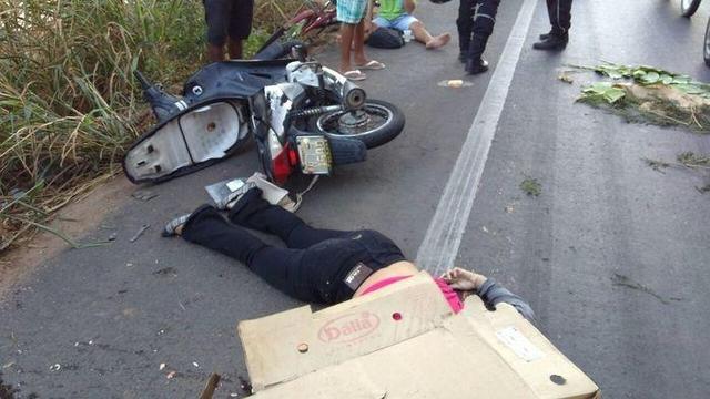 Jovem cai de moto e tem a cabeça esmagada por caminhão na BR-343