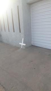 Bizarro: Cruz de cemitério é deixada na porta do prefeito de Picuí