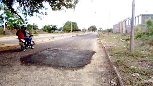 REALIZAN BACHEO EN LA AVENIDA 14 DE FEBRERO DE CARORA