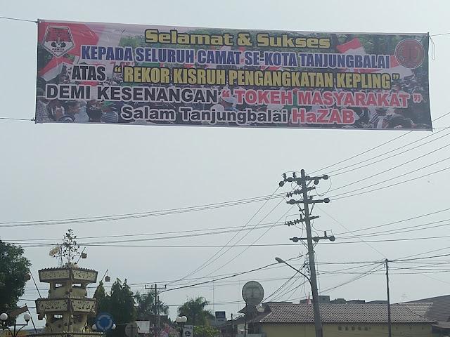 Spanduk Kisruh pengangkatan Kepling di Tanjungbalai terbentang.