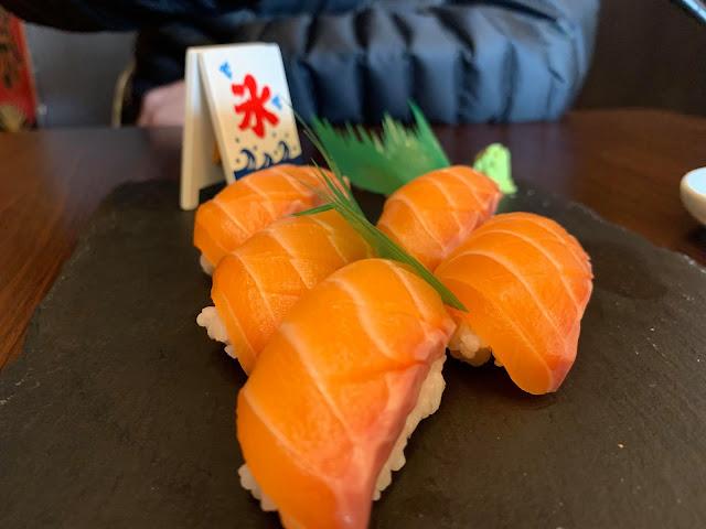 อาหารญี่ปุ่น salmon sushi