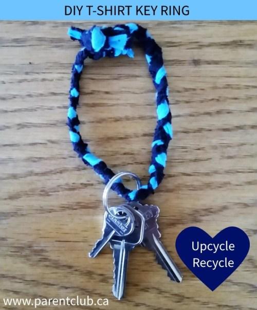 Gantungan kunci terbuat dari anyaman kain t-shirt / kaos bekas.