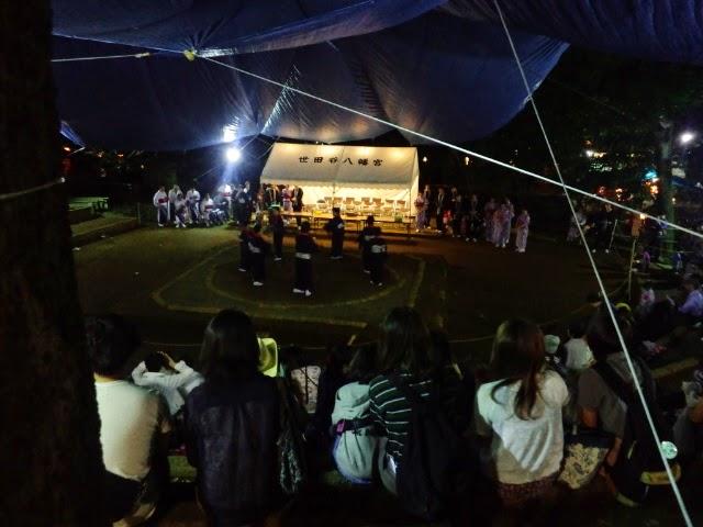 世田谷八幡宮でのお祭りでは、民謡に合わせてチームで踊りを披露します。