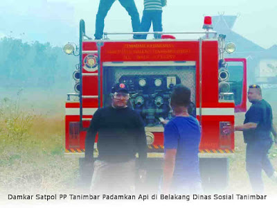 Damkar Satpol PP Tanimbar Padamkan Api di Belakang Dinas Sosial Tanimbar