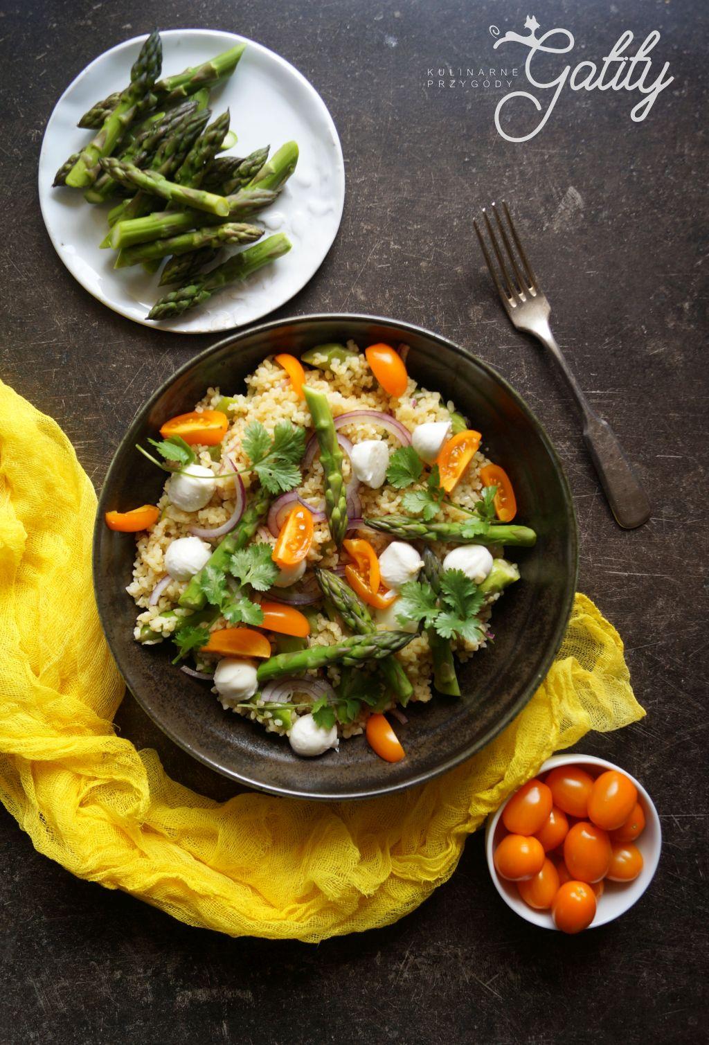 kolorowe-warzywa-na-ciemnym-talerzu