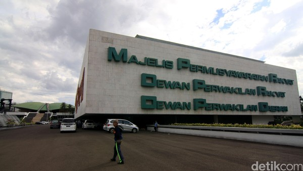 DPR Tak Lockdown Padahal Corona Papar 18 Anggota Dewan