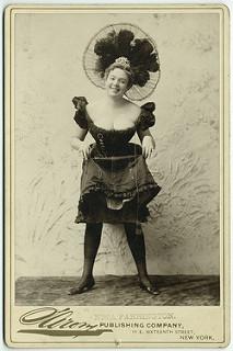 Fotografía antigua de una mujer con la falda por las rodillas