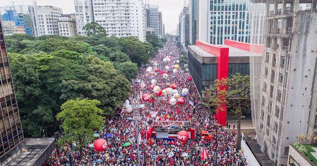A foto mostra multidões na av. Paulista em São Paulo,SP, na defesa da democracia do Brasil.