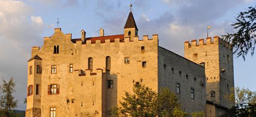 Hoch ober der Stadt thront erhaben das Schloss Bruneck mit dem Messner Mountain Museum - Bruneck.