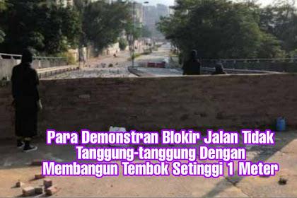 Para Demonstran Blokir Jalan Tidak Tanggung-tanggung Dengan Membangun Tembok Setinggi 1 Meter