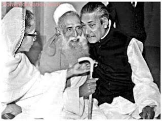 শেখ লুৎফর রহমান ও মা বেগম সায়রা খাতুনের সঙ্গে এক দুর্লভ মুহূর্তে বঙ্গবন্ধু শেখ মুজিবুর রহমান