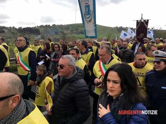 """Marcia contro l'isolamento della provincia: sindaci, preti, sindacalisti e cittadini sul piede di """"guerra"""""""