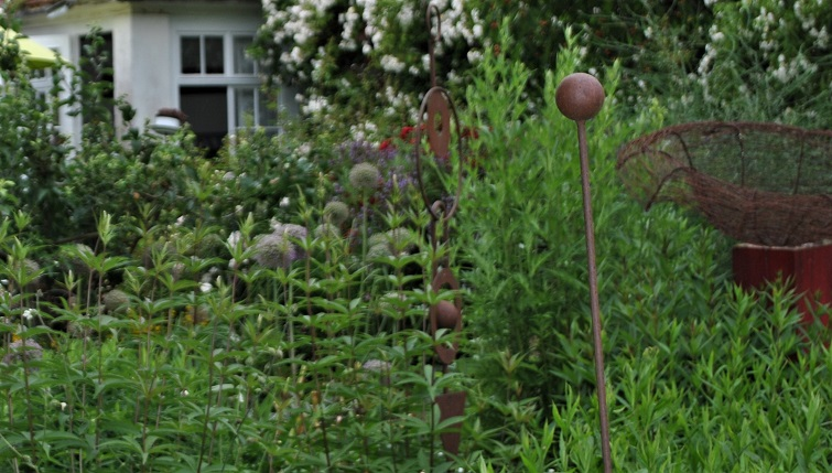 Edelrostdeko im ländlichen Garten