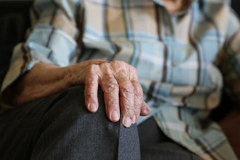 Újabb idősotthonban jelent meg a koronavírus: négy embert vittek kórházba Terézvárosból, egyikük meghalt
