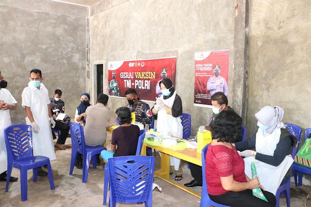 Polres Lingga Bersama TNI Gelar Gerai Vaksin TNI-POLRI di Kelurahan Pancur