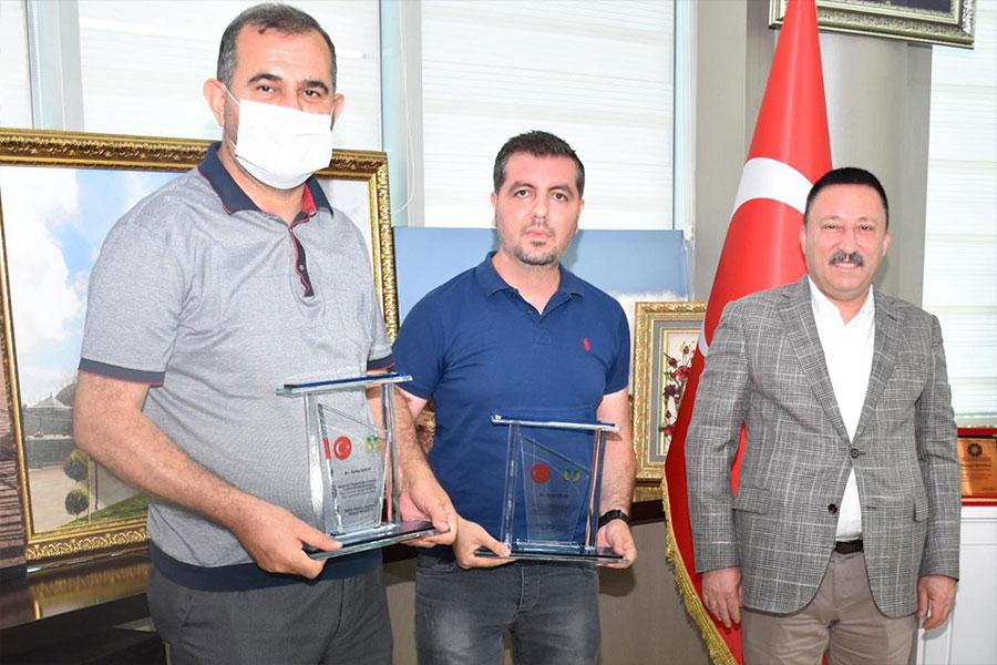 Diyarbakır Bağlar Belediye Başkanı Beyoğlu'ndan gazetecilere teşekkür plaketi
