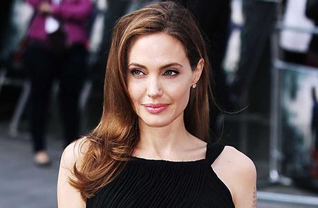 Berkerudung, Angelina Jolie Kebanjiran Pujian