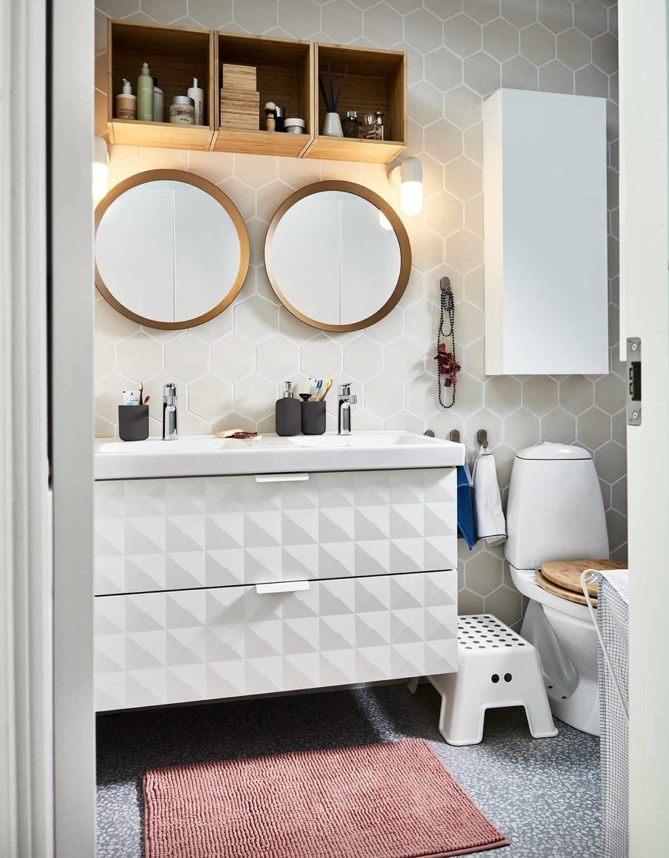 Novedades catálogo Ikea 2020 baño armario de pared con relieve GODMORGON y espejos redondos