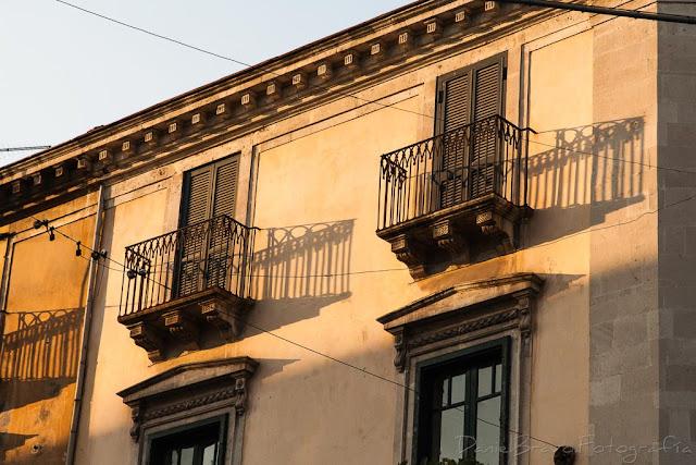 Sombras de las barandillas de los balcones en  la pared de un edificio en la ciudad de Catania en Sicilia
