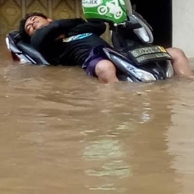 Kompilasi Tingkah Santuy Orang Indonesia Ngadepin Banjir