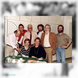 Η Μαρία Μοσχολιού σε πρόβες για το ραδιοφωνικό «Θέατρο της Κυριακής» («Ρόσμερσχολμ» του Ερρίκου Ίψεν, 1989) με την Άννυ Πασπάτη, τον μουσικό Στέφανο Δεκεριάν και τους: Βύρωνα Πάλλη, Χρήστο Πάρλα, Δημήτρη Παπαγιάννη και Γρηγόρη Βαφιά