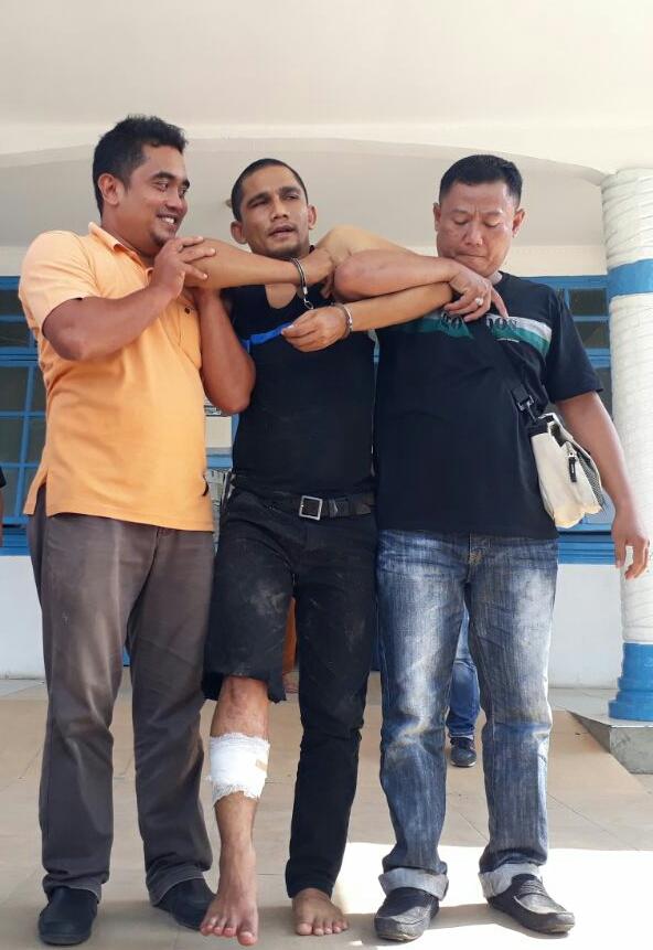 Warga Medan tersangka pengedar narkoba yang ditembak polisi (tengah)