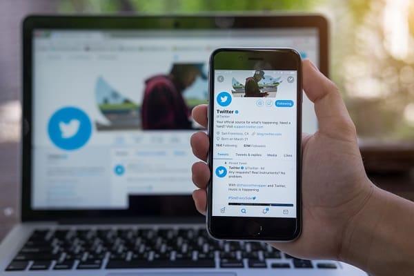 كيفية تحديد من يمكنه الرد على تغريداتك في تويتر