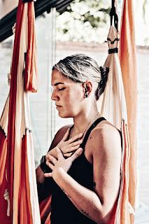 cours de yoga aérien, formation d'aéroyoga, yoga à la maison, cours de yoga aérien, cours d'aéroyoga, classe d'aéropilates, cours de pilates aériens, santé, exercice, confinement