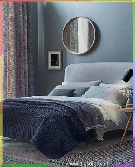 غرفة نوم رمادي داكن مع مفارش بالأزرق