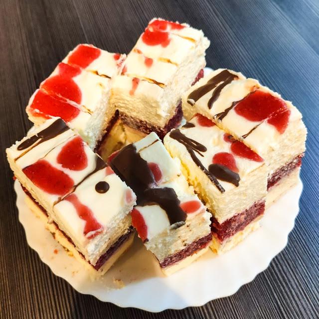 ciasta i desery, ciasto bez pieczenia, ciasto na herbatnikach, ciasto z kremem, ciasto z masą budyniową, ciasto z musem owocowym, ciasto z truskawkami, przepis na ciasto bez pieczenia,