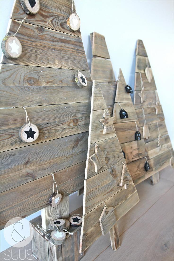 Árvores de natal criativa de parede feita com pallets e pedaços de tronco de madeira