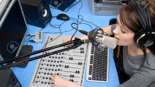 Teknik, Tips, dan Cara Menjadi Penyiar Radio Idola Pendengar
