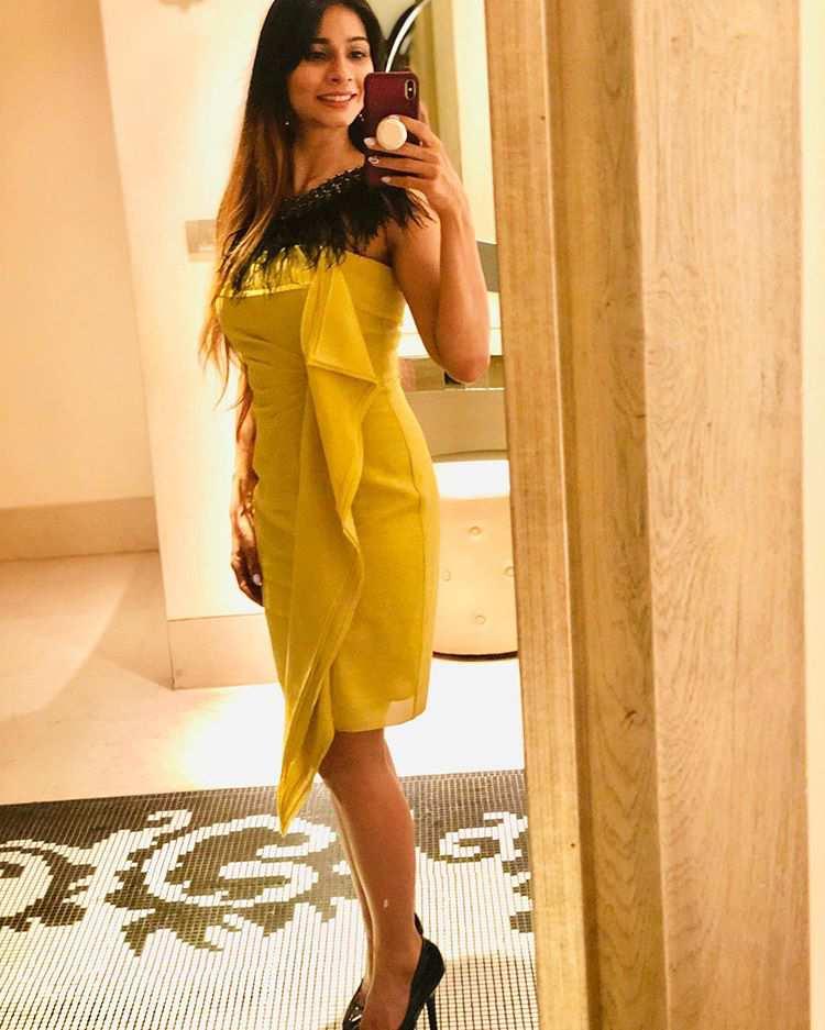 Tanisha Mukherjee Indian hot and bold yellow color dress pics