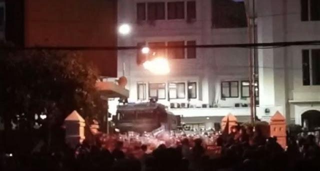 Bentrok, Massa Aksi Menolak UU Cipta Kerja Lempar Bom Molotov ke DPRD Jabar