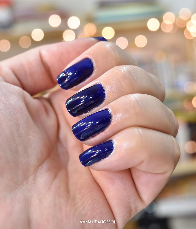Esmalte Tornado da Drica por Amanda Hossoi, cor azul escuro com brilhos