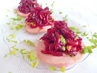 kolbasnye-tarelochki-so-svekolnym-salatom