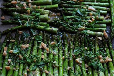 Grüner Spargel aus dem Backofen mit Parmesan und Basilikum, frisch vom Blech | Arthurs Tochter Kocht