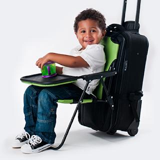 La chaise Ride On Carry On s'installe sur une valise pour que l'enfant puisse s'asseoir.