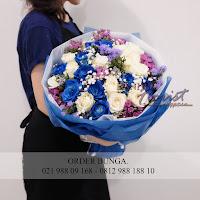 toko buket bunga, toko bunga florist, rose biru dan putih, jual bunga buket, bunga ulang tahun, handbouquet, toko bunga jakarta